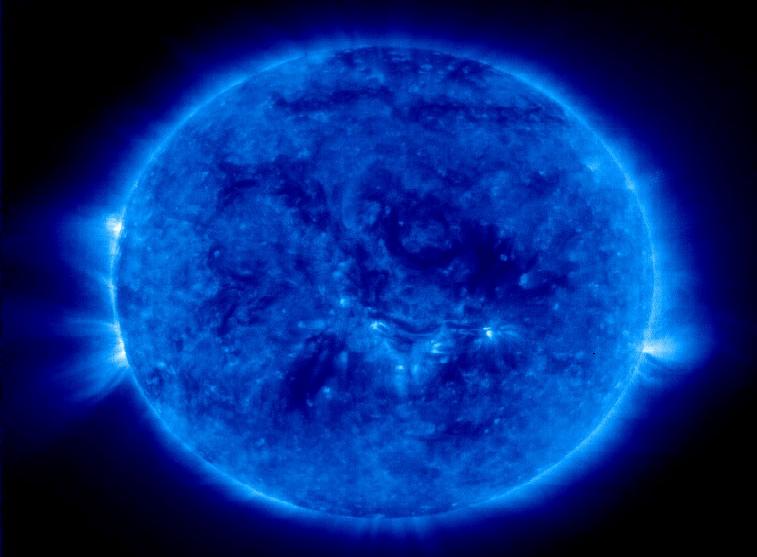 теманая материя обволакивает солнце